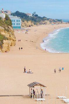 O verão chegou ao fim mas o bom tempo ainda permite uns passeios na praia e, quem sabe, até uns mergulhos pelo Algarve! #viaverde #viagensevantagens #Portugal #algarve #praia #outono