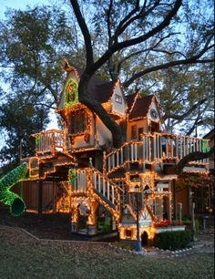 Tree house with Christmas lights. This AWESOME! So want to do this for my kids! Love the tree house! Christmas Lights In Bedroom, Christmas Tree, Christmas Ideas, White Christmas, Tree House Designs, Tree Lighting, Lighting Ideas, Kids Lighting, In The Tree