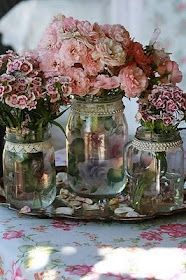 Des roses pour égayer nos tables. Pearls and lace on mason jars....yes please!