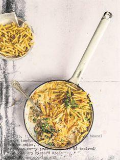 Die sukses van 'n tuna-kasserol lê in die kontras tussen die krakerige bo-kors, borrelende kaas en romerige visvulsel