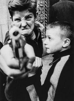 Clase 18/04   Seminario de Investigación Aplicada   William Klein   Gun 1, New York (1954, impreso 1986)   Por encargo de Vogue para crear un libro fotográfico sobre la ciudad, Klein tomó sus fotografías de París y los publicó bajo el título de La vida es bueno y bueno para usted en Nueva York. Por esta fotografía, Klein pidió a dos chicos en Broadway superior a posar. Uno apuntó con un arma a la cámara, con el rostro en erupción de rabia, imitando las poses estereotipadas de los criminales…