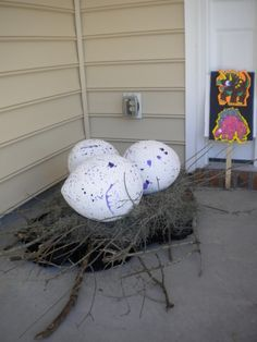 Giant paper mache dinosaur eggs how the kids would love that at any dinosaur party.  #dinosaurparty #decoratingdinosaurparty #giantpapermacheeggs