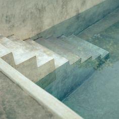 Badehaus aus beton und fliesen interior minimalismus for Minimalismus hausbau