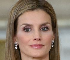 Doña Letizia only wore her 'wedding' earrings which were a gift from King Juan Carlos I and Queen Sophia.