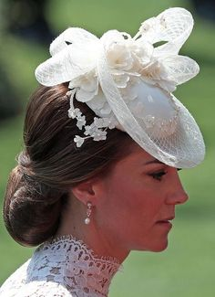 Kate, die Herzogin von Cambridge, am ersten Tag von Royal Ascot in . White Fascinator, Fascinator Hats, Fascinators, Headpieces, Estilo Kate Middleton, Kate Middleton Style, Eugenie Of York, Herzogin Von Cambridge, Estilo Real