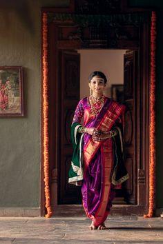 Maharashtrian Bridal Looks That Gave Us A Run For Our Money! - Maharashtrian Bridal Looks That Gave Us A Run For Our Money! Indian Wedding Poses, Indian Wedding Photography Poses, Indian Bridal Sarees, Indian Bridal Outfits, Indian Bridal Fashion, Mehendi Photography, Maharashtrian Saree, Marathi Saree, Marathi Bride