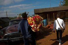 #интересное  Продавец цветов на Кубе (15 фото)   Каждый понедельник и четверг по утрам продавец цветов Жайме Гонсалес Матос садится в старый автомобиль Бьюик 1957 года выпуска и отправляется на работу. Она оставляет свой дом, чтобы посетить десяток фермеров, которы