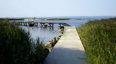 Sandön, Utvälinge. Långgrund naturstrand som nås genom en promenad på den 200 meter långa bryggan som bara finns på plats sommartid.