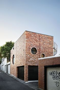 Austin Maynard Architects builds recycled-brick house on top of former Melbourne garage Architecture Résidentielle, Modern Architecture Design, Minimalist Architecture, Design Garage, Design Exterior, Glazed Brick, Recycled Brick, Backyard Buildings, Brickwork