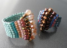 CUTE rings in square stitch Beaded Rings, Beaded Jewelry, Handmade Jewelry, Beaded Bracelets, Diy Rings, Cute Rings, Jewelery, Jewelry Rings, Beads And Wire