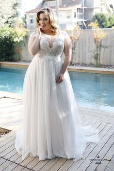 Gorgeous bohemian light and simple plus size wedding dress with chiffon and tull. - Gorgeous bohemian light and simple plus size wedding dress with chiffon and tulle skirt and lace bodice with sequins. Studio Levana Source by brautgeflitter - Western Wedding Dresses, Sexy Wedding Dresses, Bridal Dresses, Plus Size Wedding Gowns, Plus Size Gowns, Vestidos Plus Size, Curvy Bride, Couture Wedding Gowns, Wedding Dress Chiffon