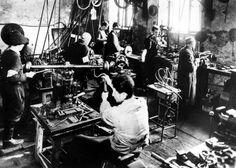 Poland ,Warsaw, עובדי מפעל Schultz בעבודת מתכת.
