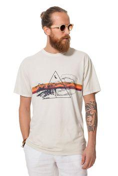 Camiseta estampada com estética surf retrô.