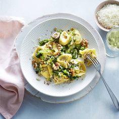 Lekker snel klaar. Recept - Tortellini met andijvie en walnoten - Boodschappenmagazine