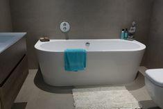 Modern half vrijstaand bad met 2 afgeronde hoeken: prachtig bad uit één stuk! Hierdoor heeft u geen los voorpaneel nodig. Maar gewoon een prachtige moderne bad opstelling!