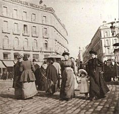 Puerta del Sol. 1895 #Madrid Old Pictures, Old Photos, Best Hotels In Madrid, Portraits Victoriens, Art Nouveau, Foto Madrid, Madrid Travel, Urban Setting, World Cities
