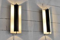 Paire de rares grandes appliques de Jacques Biny. Réflecteurs orientables en metal laqué noir, montures en cuivre poli. Edition Luminalite France, c. 1950 H: 50cm, L: 20cm, P: 17cm Vendu