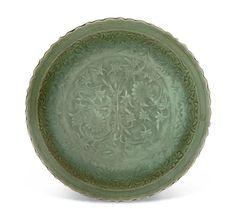 Rare grand plat en porcelaine émaillée céladon, Chine, Dynastie Ming (1368-1644)