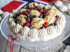 Marengskake med iskrem   Godt.no Pavlova, Rice Krispies, Just Desserts, Cheesecake, Food And Drink, Cookies, Baking, Recipes, Caramel