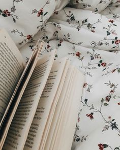 shelfies for days Home Inspiration meritage homes inspiration colorado bookaesthetic I Love Books, Good Books, Books To Read, My Books, Book Aesthetic, Aesthetic Photo, Under Your Spell, Coffee And Books, Instagram Story Ideas