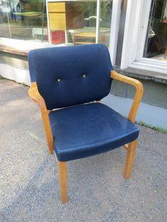 50-luvun hyväkuntoinen ja tukeva tuoli, joka on verhoiltu farkkukankaalla. Puuosissa käytön jälkiä, muutama pieni jälki verhoilussa.  120 euroa.