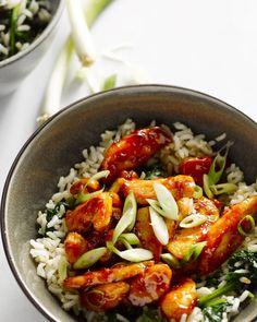 De kip is heerlijk kleverig, krokant en licht pikant, een topcombinatie. Met de rijst en spinazie erbij heb je een heerlijke maaltijd bomvol Oosterse smaken.