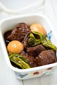 Jangjorim is a soy-braised beef dish. It's a slightly sweet, salty side dish that goes well with any Korean meal! #beef #soybraisedbeef #soybeef #koreanrecipe #koreanbapsang @koreanbapsang | koreanbapsang.com Beef Shank Recipe, Korean Side Dishes, Asian Recipes, Ethnic Recipes, Braised Beef, Beef Dishes, Korean Food, Food Videos, Dinner Recipes