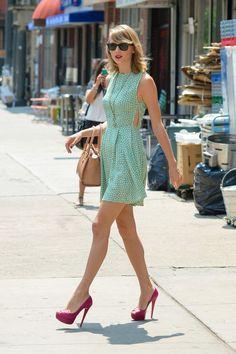 """Sở hữu vóc dáng mảnh khảnh, thanh cao, Taylor có vẻ ngoài không thua bất cứ một người mẫu nào. Đây chính là thế mạnh để mọi trang phục cô khoác lên người đều tỏa sáng. Bí quyết để diện đẹp nhưng đơn giản của Taylor Swift còn chính là màu sắc. Cô phối phụ kiện thật sự """"cao tay""""."""