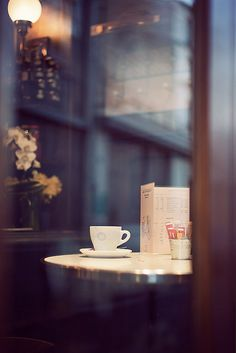 Traîner dans un café.