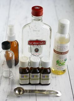 How to Make Perfume with Essential Oils. How to make perfume with essential oils – enjoy your own signature scent with this recipe! Essential Oil Perfume, Essential Oil Uses, Doterra Essential Oils, Perfume Oils, Rose Perfume, Handy Gadgets, Belleza Diy, Homemade Perfume, Perfume Recipes