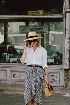 10 Outfits With Straw Bags Perfect For Your Next Trip - Studentrate Trends Chic Summer Outfits, Chic Outfits, Style Summer, Skirt And Sneakers, Gingham Skirt, Checkered Skirt, Oversized White Shirt, Moda Vintage, Vintage Style