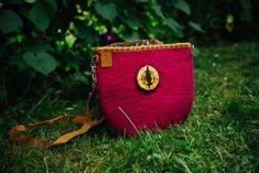 Natural wool side bag, shoulder bag, perfect gift idea for her. Side Bags, Bagan, Wood Slices, Natural Leather, Felted Bags, Artisan, Burgundy, Shoulder Bag, Wool