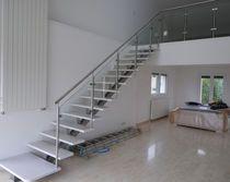 Escalera recta / barandilla de vidrio / estructura de metal / peldaño de madera