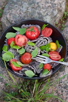 Home made, gluten free pasta on black beens with cherrie tomatoes & basil. Fast and nutritious.  Photo: Theres Amrén Here's how you make it. Recipe for both babies and adults. recipe food. #babyfood #recipe #toddler #baby #food #eat www.mejasmat.se