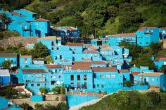 突然「真っ青」になったスペインの村。アンダルシアのフスカルとは?