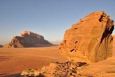 A VISITER Lieu mythique de la Jordanie, le désert du Wadi Rum est forcément lié au souvenir de Lawrence d'Arabie. Situé au sud du pays, il renferme de merveilleux trésors tels que les ruines du temple nabatéen, le pont rocheux de Burdah et les 7 piliers de la sagesse.