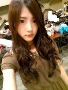 "the way 乃木坂46 (nogizaka46) wakatsuki yumi posting her blog photo is like she saying ""everyone,look and love my pretty face"" ^^;"