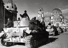 """София, декември 1944 г. колона от български танкове Майбах IV (Maybach PzKpfw IV) на площад """"Александър Невски"""""""
