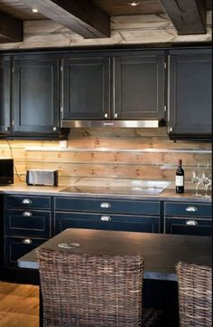 Yes, the kitchen area is an area that is at risk to damp as well as dirty settings, specifically the wall surfaces of the range and also sink. To stop this, one of the best ways is to coat the wall surfaces of the kitchen with backsplash layers. Backsplash Cheap, Kitchen Backsplash, Log Cabin Kitchens, Home Kitchens, Rustic Cabin Decor, Rustic Cabins, Log Cabins, Rustic Wood, Log Home Interiors