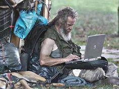 Pesquisa mostra que alguns moradores de rua veem as redes sociais como um lugar onde podem interagir com outras pessoas sem ser julgados. Foto: Flickr/radiatorcat/Reprodução