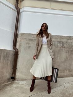 Affordable autumn outfits: beige blazer with pleated midi skirt and sock boots Dress Stores Near Me, Prom Dress Stores, Dame Chic, How To Look Expensive, Elegant Cocktail Dress, Types Of Skirts, Dress With Sneakers, Women's Sneakers, Budget Fashion