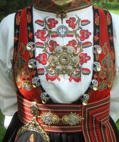 Beautiful embroidery and solje Norwegian Clothing, Folk Clothing, Folk Costume, My Heritage, Traditional Dresses, Dance Costumes, Folklore, Scandinavian, Anna