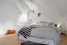 schlafzimmer skandinavisch grau weiß wand putz holzboden
