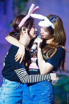 Sana and Dahyun