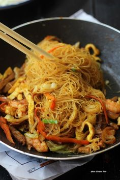 Singapore Mei fun- rice noodle, napa cabbage and shrimp stir fry #chinesefoodrecipes