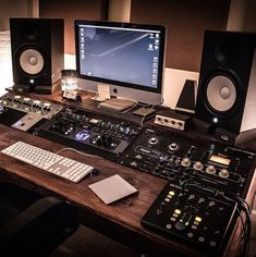 ✅ Live in an apartment and have no space for a home studio? Check out these 11 awe-inspiring home studio ideas for small apartments - Great ideas for how to set up a music studio in an apartment or small space! Home Studio Musik, Audio Studio, Music Studio Room, Sound Studio, Home Recording Studio Setup, Home Studio Setup, Studio Desk, Home Music Rooms, Deco Studio