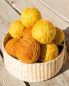 Kasvivärjättyä villalankaa. Colours, Throw Pillows, Knitting, Tableware, Natural Dyeing, Fabric, Prints, Pattern, Dyes