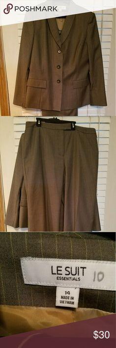 Le Suit Pants Suit in Excellent pre-owned condition Le Suit Jackets & Coats Blazers