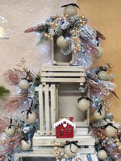 Idee online e materiali per allestimenti vetrine natalizie. Acquista online decorazioni, palline di natale, luci led, alberi di natale e molto altro per una vetrina natalizia da urlo. Affidati all'ingrosso Guerrini, una garanzia di qualità e serietà