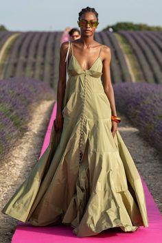 Jacquemus Spring 2020 Ready-to-Wear Fashion Show - Vogue Fashion 2020, Fashion Week, Runway Fashion, Spring Fashion, Fashion Looks, Vogue Fashion, Fashion Tips, Daily Fashion, Fashion Trends